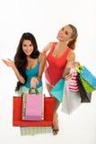 Lyckliga le kvinnor med shoppingpåsar arkivbilder