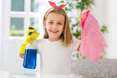 Lyckliga le lyckade görande hushållsarbeteåtaganden för gullig flicka Arkivfoto