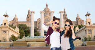 Lyckliga le nätta tonårs- flickor i solglasögon Royaltyfri Bild