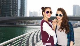 Lyckliga le nätta tonårs- flickor i solglasögon Arkivfoto