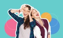 Lyckliga le nätta tonårs- flickor som har gyckel arkivbild