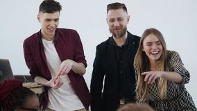 Lyckliga le olika startaffärspartners arbetar samman med ung blond framstickandeaffärskvinna på kontorsmötet stock video
