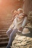Lyckliga le par i kram Fotografering för Bildbyråer