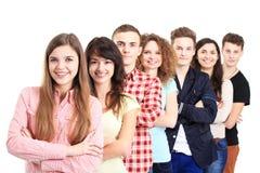 Lyckliga le studenter som står i rad Arkivfoto