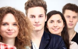 Lyckliga le studenter som står i rad Fotografering för Bildbyråer