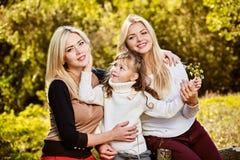 Lyckliga le systrar Royaltyfri Fotografi