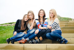 Lyckliga le teen flickavänner som har rolig outdoo Royaltyfri Bild