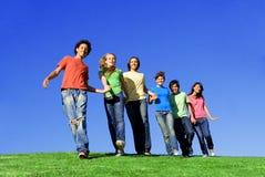 lyckliga le tonåringar arkivbild
