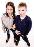 Lyckliga le ungar Arkivbild