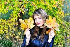 lyckliga leaves för flicka Royaltyfria Bilder