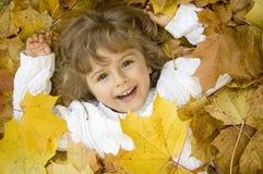 lyckliga leaves för höstflicka royaltyfria foton