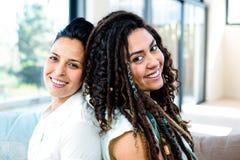 Lyckliga lesbiska par som tillbaka sitter för att dra tillbaka Arkivfoto