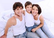 lyckliga lilla föräldrar för barn Royaltyfri Foto