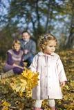 lyckliga lilla föräldrar för flicka Royaltyfri Bild