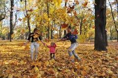 lyckliga lilla föräldrar för flicka Arkivfoton