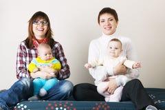 lyckliga lilla mödrar för barn deras två Fotografering för Bildbyråer