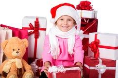 Lyckliga lilla ungar som slitage Santas hatt Arkivfoton