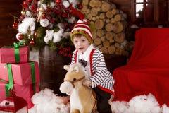 Lyckliga lilla ungar som slitage Santas hatt Arkivbild