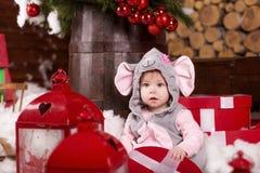 Lyckliga lilla ungar som slitage Santas hatt Royaltyfria Bilder