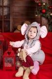 Lyckliga lilla ungar som slitage Santas hatt Royaltyfri Bild