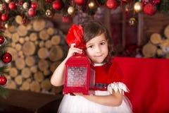 Lyckliga lilla ungar som slitage Santas hatt Royaltyfri Fotografi