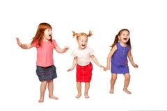 Lyckliga lite barn som dansar och hoppar royaltyfri bild