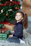 Lyckliga liten flickaöppningsgåvor Begreppet av jul och Ne fotografering för bildbyråer