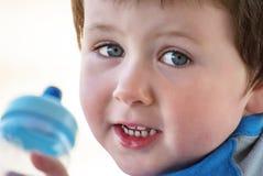 Lyckliga Little Boy med flaskan arkivbild