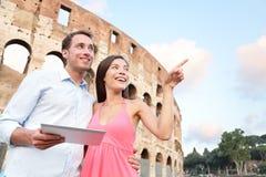 Lyckliga lopppar med minnestavlan vid coliseumen, Rome Fotografering för Bildbyråer