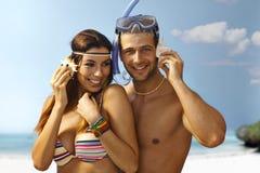 Lyckliga älska par på stranden Arkivbild