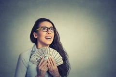 Lyckliga lyckade räkningar för dollar för pengar för affärskvinna hållande Royaltyfri Bild