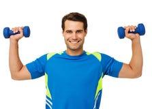 Lyckliga lyftande vikter för ung man Royaltyfri Fotografi