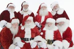 Lyckliga män i Santa Claus Outfits arkivbilder