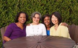 Lyckliga mång- kulturella och generationsbundna kvinnor Arkivbild