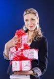 lyckliga många för gåvor kvinna Arkivbild