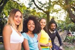 Lyckliga mångkulturella vänner som poserar för fotoet Conc mångfald royaltyfri foto