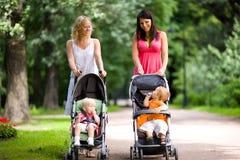 lyckliga mödrar Arkivfoton