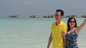 Lyckliga Maldiverna unga par arkivfilmer