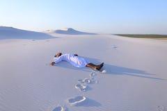 Lyckliga manliga arabiska lögner längs vit sand deserterar och jublar i nytt Royaltyfri Foto
