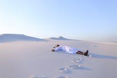 Lyckliga manliga arabiska lögner längs vit sand deserterar och jublar i nytt Arkivbild