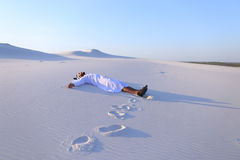Lyckliga manliga arabiska lögner längs vit sand deserterar och jublar i nytt Arkivfoton