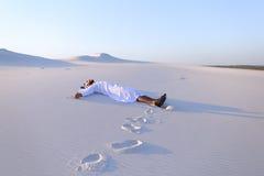 Lyckliga manliga arabiska lögner längs vit sand deserterar och jublar i nytt Fotografering för Bildbyråer