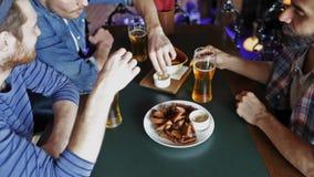 Lyckliga manliga vänner som dricker öl på stången eller baren stock video