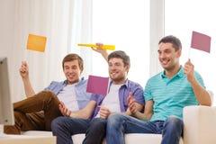 Lyckliga manliga vänner med flaggor och vuvuzela Arkivbilder