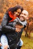Lyckliga medelåldersa par på höstdag Royaltyfri Bild