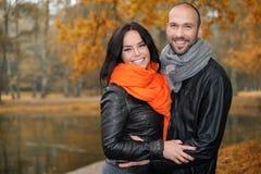 Lyckliga medelåldersa par på höstdag Royaltyfria Bilder