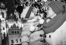 Lyckliga moder- och dotterturister på jul i Prague Fotografering för Bildbyråer