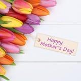 Lyckliga moders dag med färgrika tulpanblommor och hälsningbilen Royaltyfria Bilder