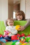 Lyckliga moderspelrum med barnet Royaltyfri Bild