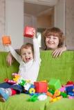 Lyckliga moderspelrum med barnet Royaltyfri Fotografi